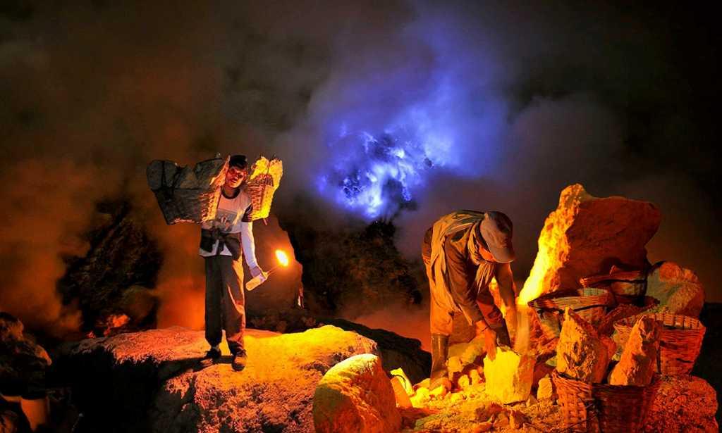 paket wisata banyuwangi 4h3m, blue fire kawah ijen